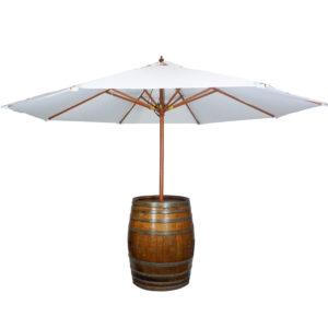 Sonnenschirm im Holzfass